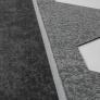 Samolepící asfaltový šindel, spodní strana s lepící vrstvou.